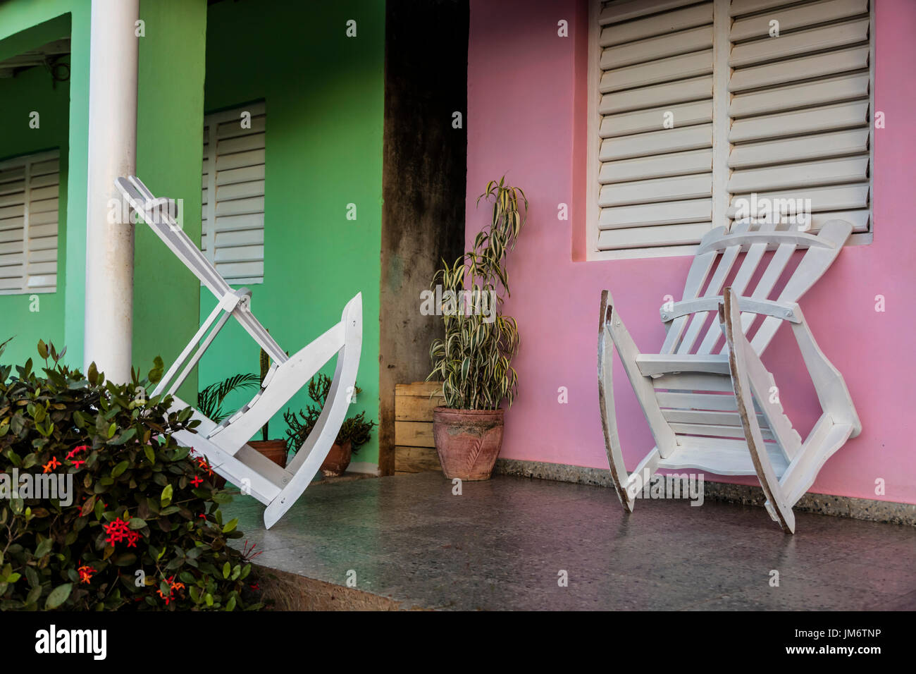 2b3a7e98b Mecedoras en el porche de una casa particulares home stay - Viñales, Cuba