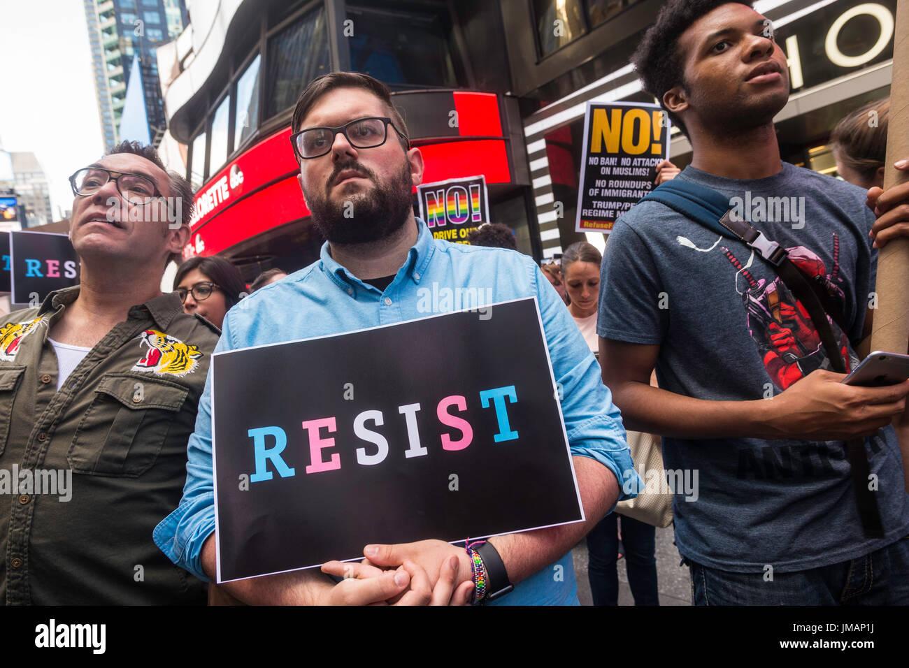 Nueva York, NY el 26 de julio de 2017 en respuesta al presidente Donald Trump tweet la prohibición a las personas transgénero de los militares, abogados, activistas y aliados se reunieron en el centro de reclutamiento militar en Times Square en la protesta. ©Stacy Walsh Rosenstock/Alamy Live News Imagen De Stock