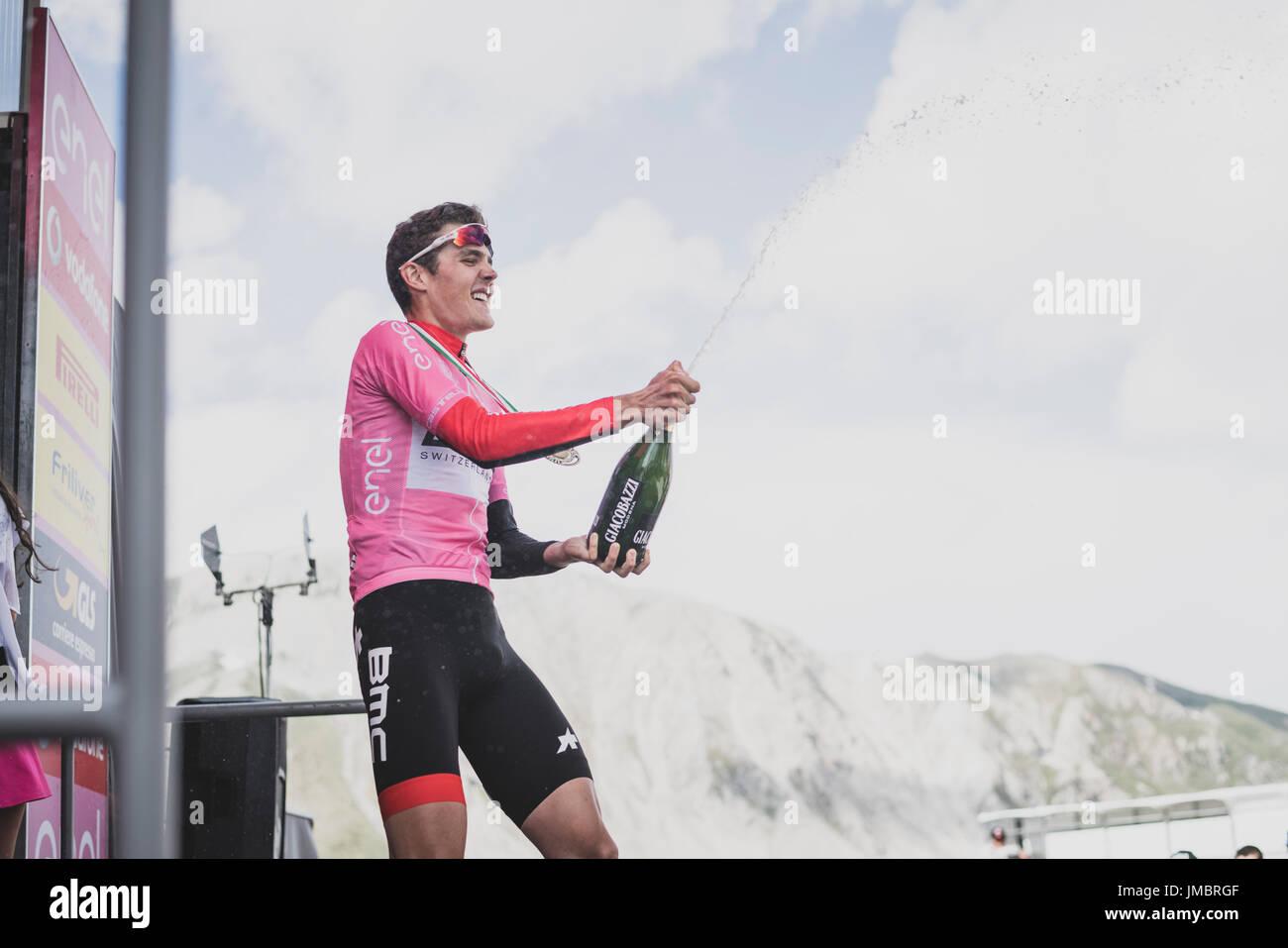 Pavel Sivakov celebra una victoria total en el 2017 en el Giro d'Italia Ciclistico para jinetes menores de 23. Imagen De Stock