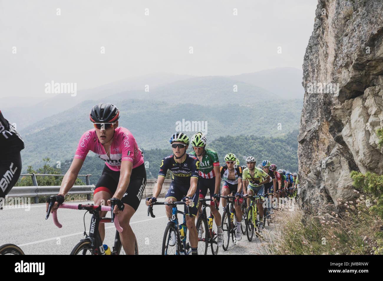 Ganador de la carrera, Pavel Sivakov (en rosa) lidera la etapa 7 del Giro d'Italia, de Ciclistico Francavilla al Mare a Campo Imperatore, Italia el 15 de junio de 2017 Imagen De Stock