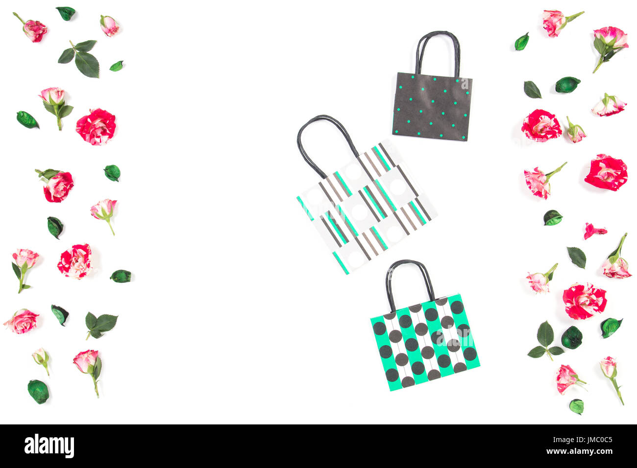 Tres bolsas de papel y Marco Flores rosas sobre fondo blanco. Vista ...