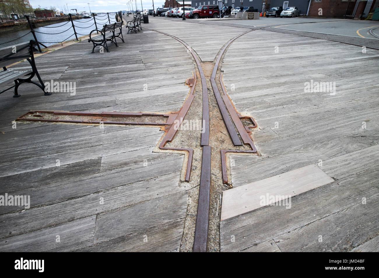 Harborwalk y muelle de madera cubierta con viejos raíles transporte Charlestown Navy Yard Boston, EE.UU. Imagen De Stock