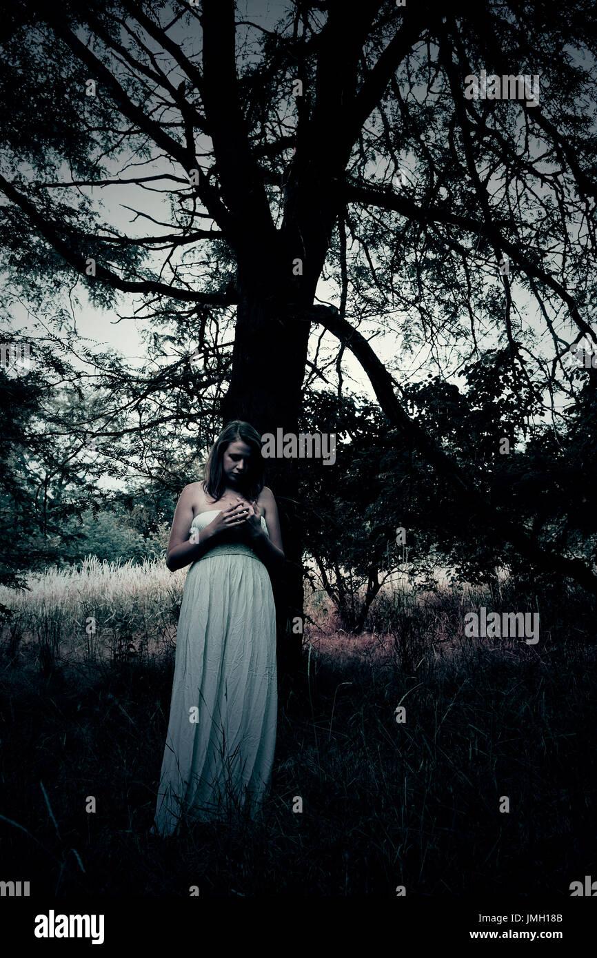 Mujer de noche spooky peligroso bosque. Ideal para la portada del libro. Imagen De Stock