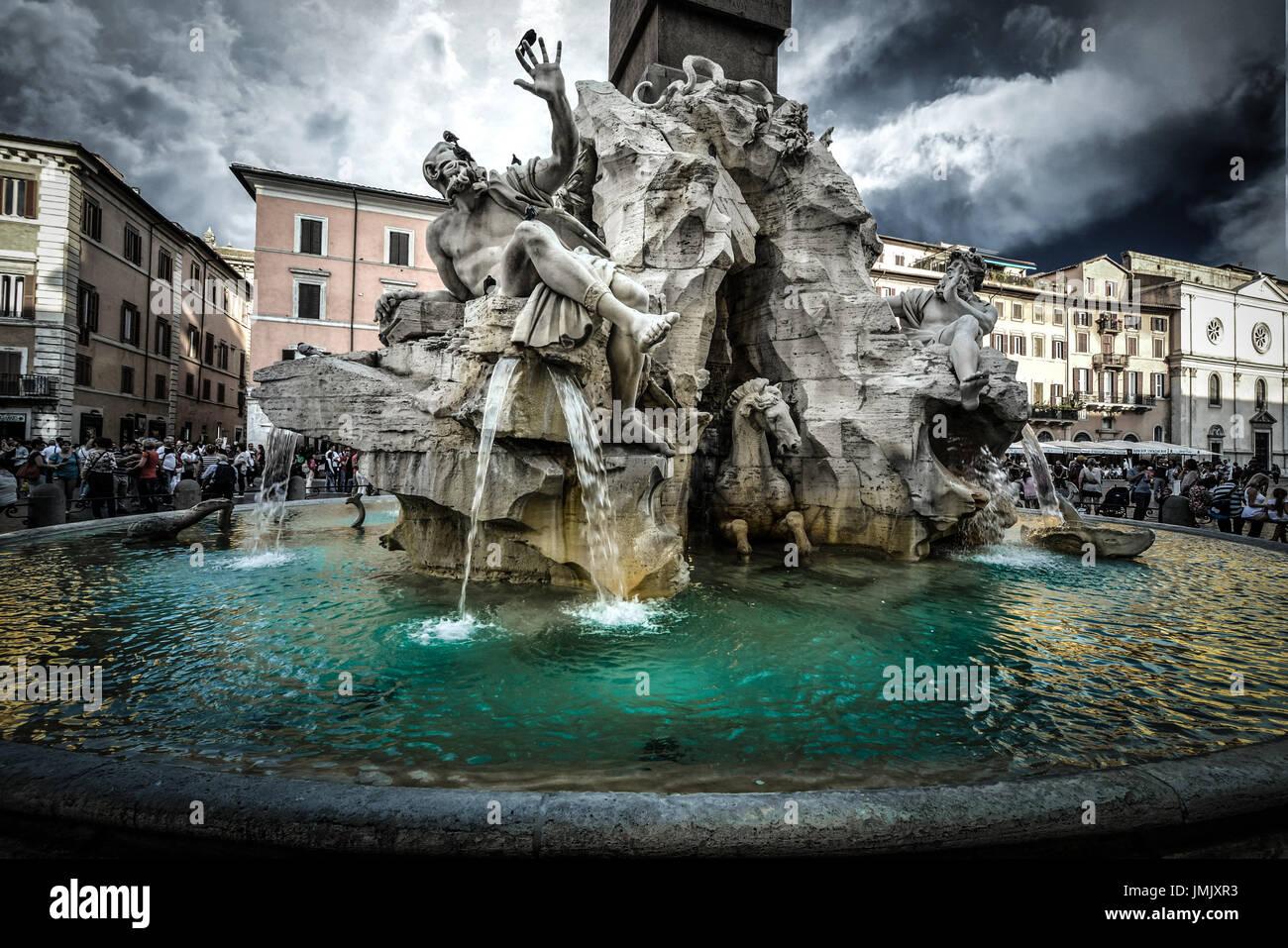 La fuente de los Cuatro Ríos de Bernini en la Piazza Navona, en Roma, Italia. Los cielos son oscuros con una tormenta venida. Imagen De Stock