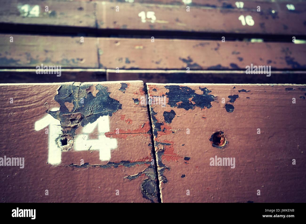 Número catorce pintado sobre un viejo asiento de madera, imagen conceptual con copia espacio en la derecha. Imagen De Stock