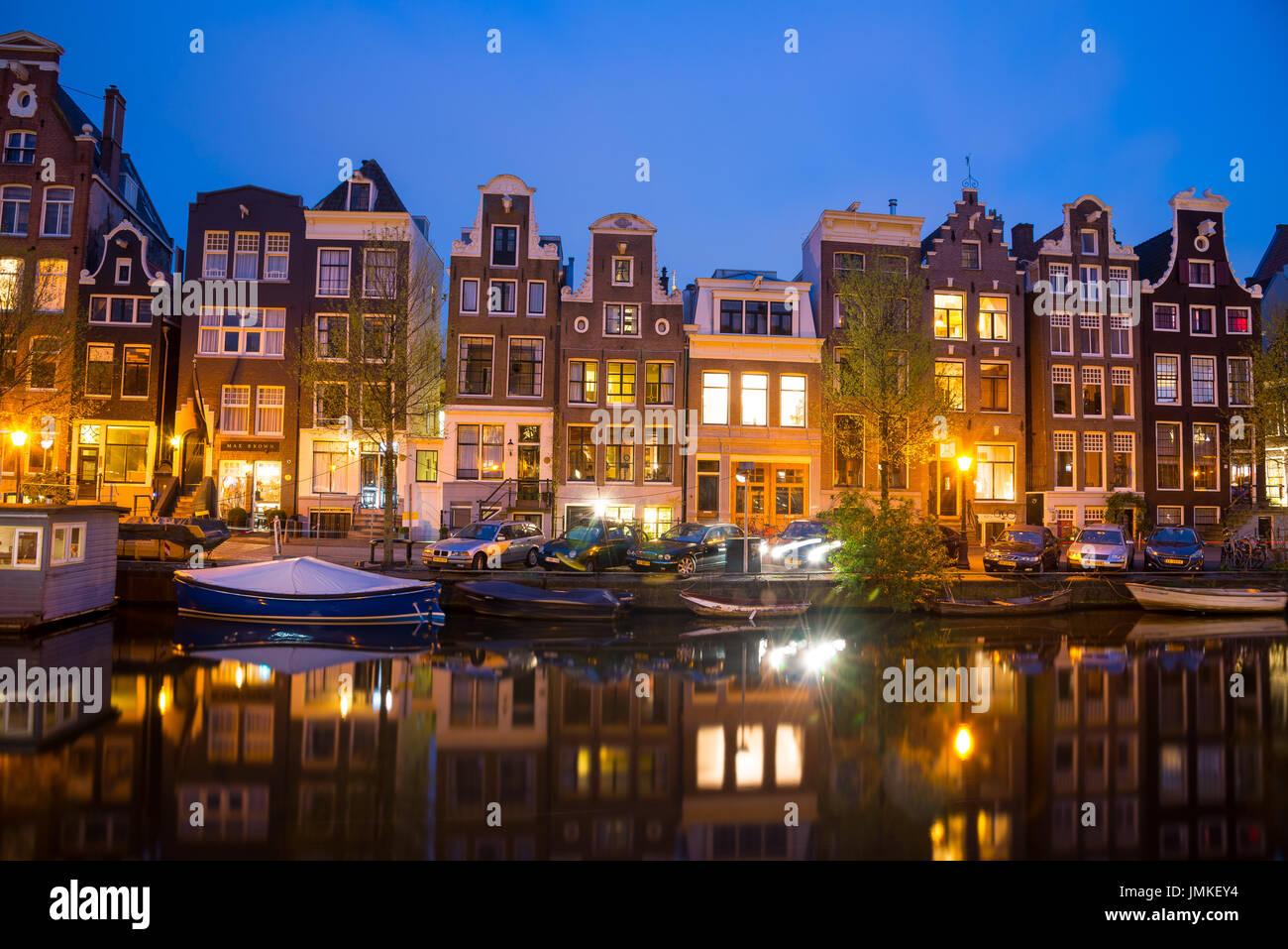 Vista de los canales de Amsterdam y terraplenes a lo largo de la noche. Imagen De Stock