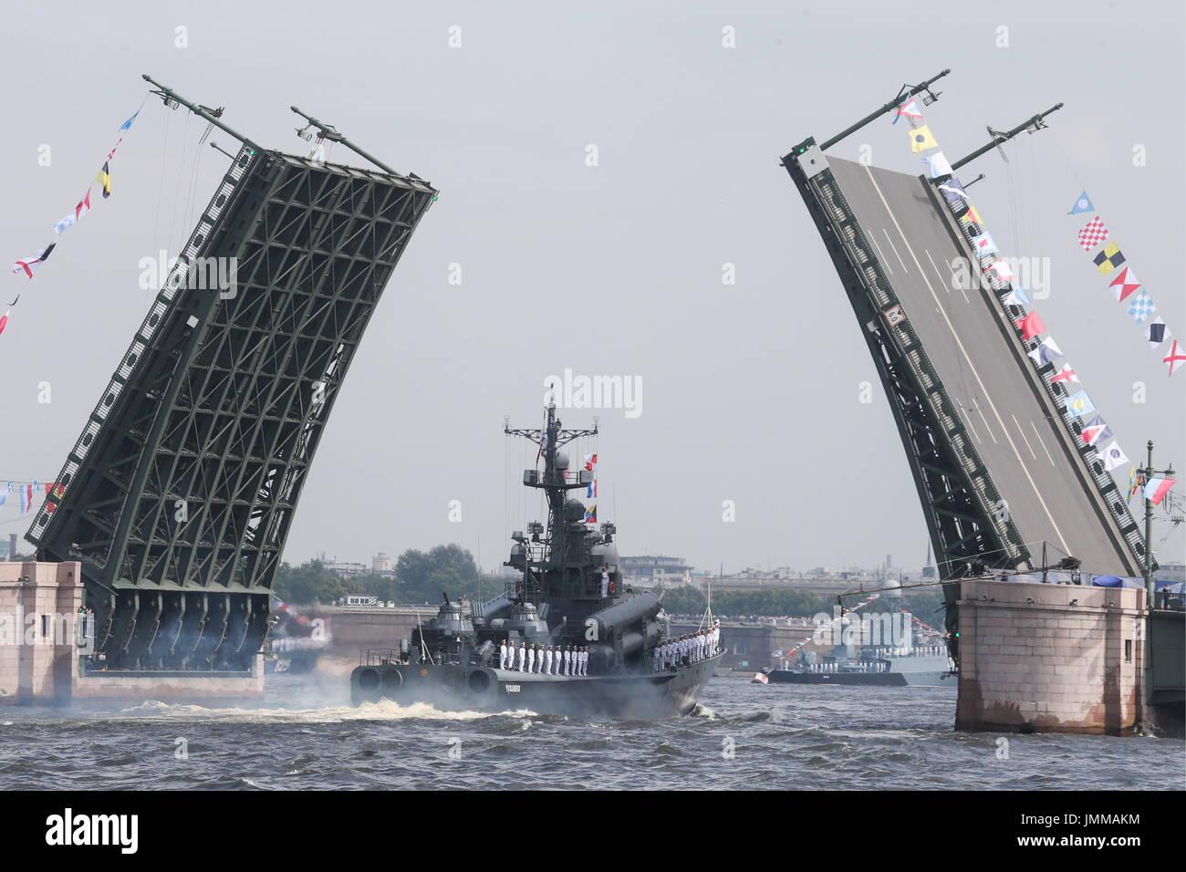 San Petersburgo, Rusia. 28 de julio de 2017. El bote de misiles Chuvashia participa en un ensayo de la próxima Jornada de la Marina Rusa desfile militar en las aguas del río Neva. Crédito: Alexander Demianchuk/TASS/Alamy Live News Imagen De Stock
