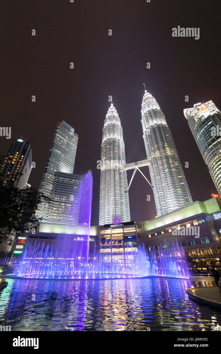 El KLCC lake symphony water fountain show, Kuala Lumpur, Malasia Imagen De Stock