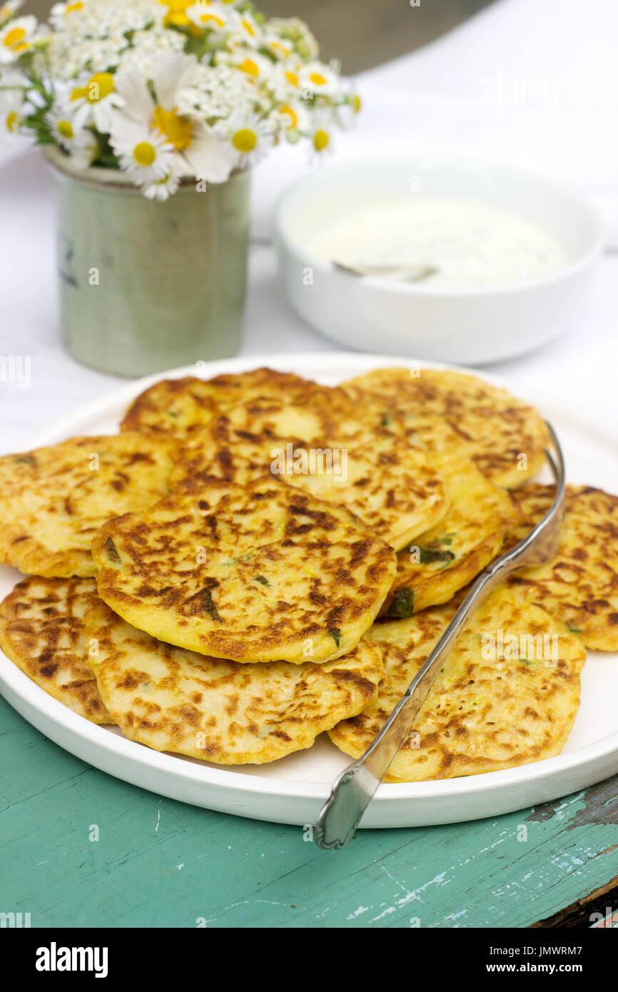 Buñuelos de calabacines, tortitas de verduras Imagen De Stock