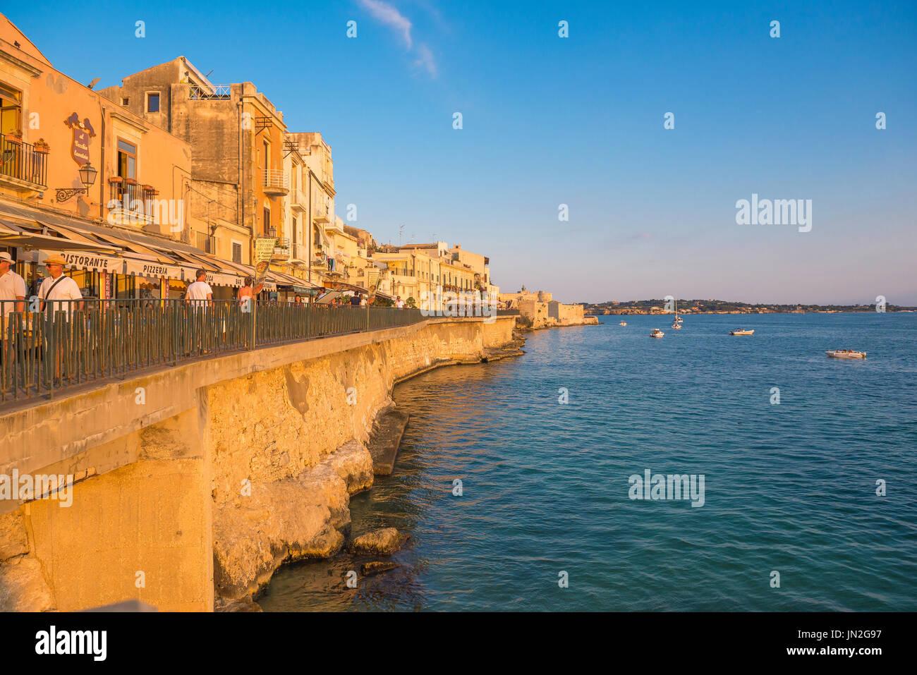 Sicilia costa este, vista de la pared del mar en Ortigia isla cerca de Siracusa en Sicilia. Foto de stock