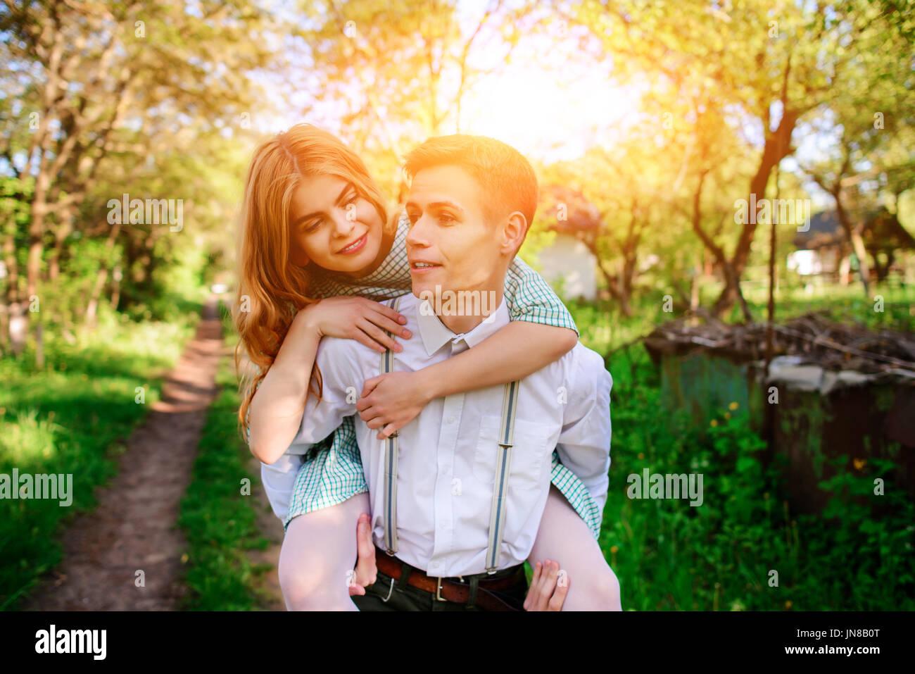 Retrato de mujer hermosa joven dando piggyback. Imagen De Stock