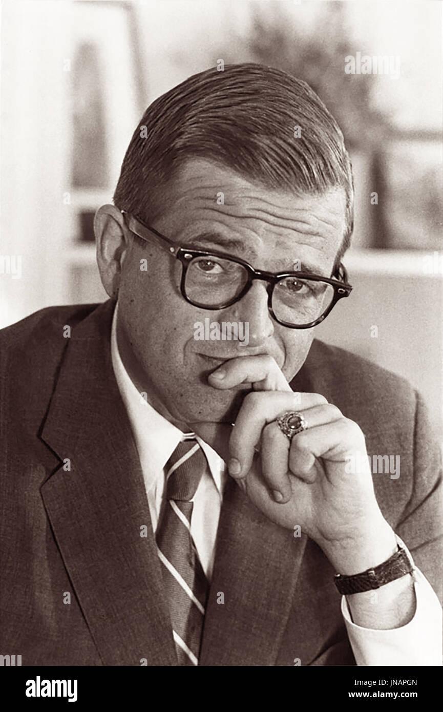 Charles Wendell 'Chuck' Colson (1931 - 2012) fue un líder cristiano evangélico que fundaron la Fraternidad Carcelaria, Confraternidad Carcelaria Internacional, y BreakPoint. Antes de su venida a la fe y la confianza en Jesucristo, se desempeñó como Asesor Especial del Presidente Richard Nixon, de 1969 a 1973. El 1 de marzo de 1974, Colson fue acusado de conspirar para encubrir los robos de Watergate. Se declaró culpable de obstrucción de la justicia y ha cumplido siete meses en la cárcel. Imagen De Stock