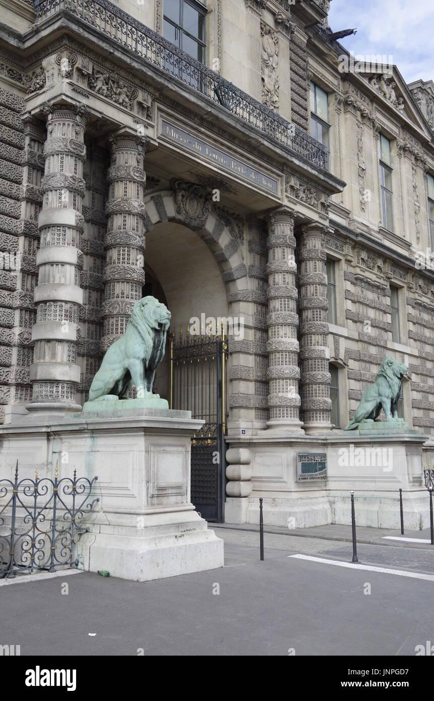 La puerta de los Leones, Porte des leones, en el Louvre de París, uno de los grandes museos del mundo, en Quai des Tuilleries, Foto de stock