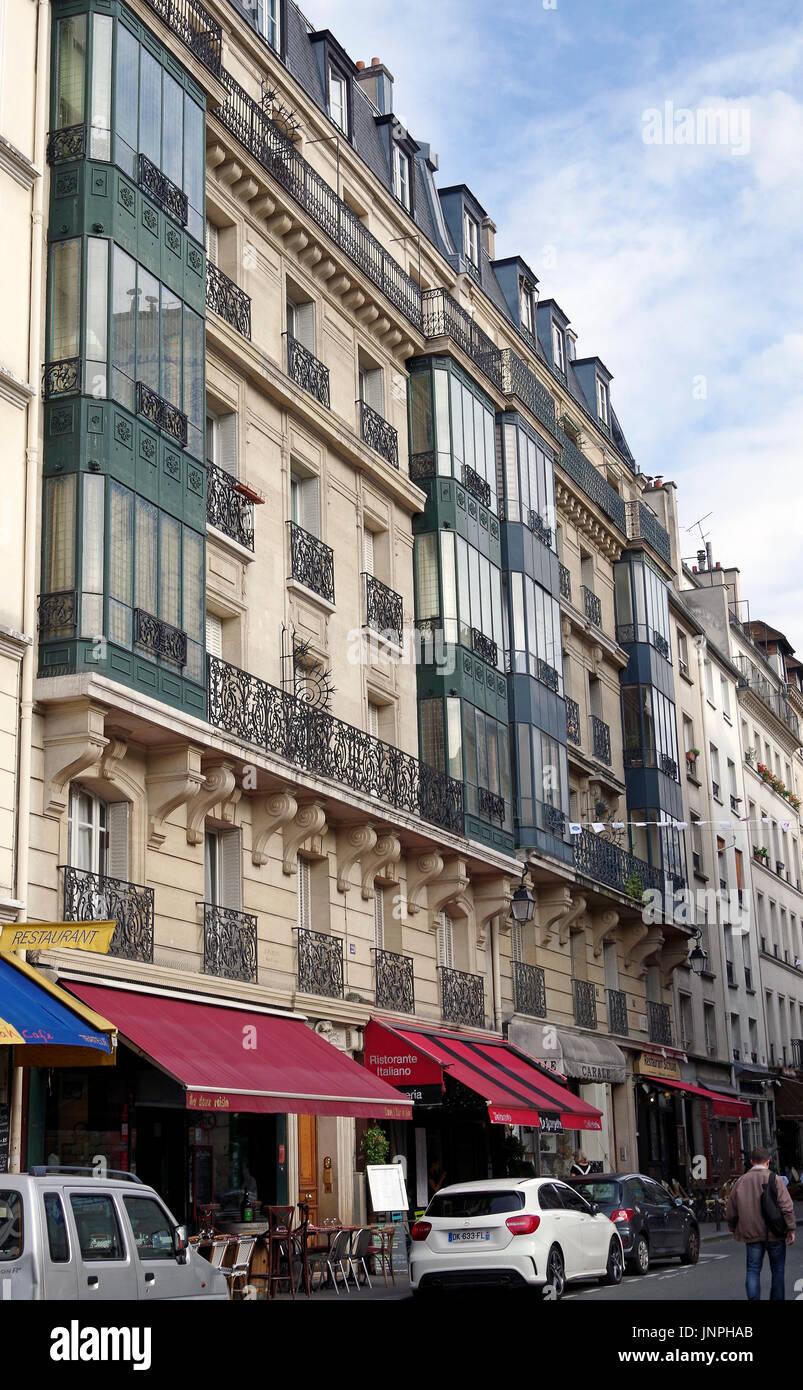 París, Francia, elegante y discreto estilo Beaux-Arts bloque de apartamentos cerca de St Etienne du Mont. Foto de stock
