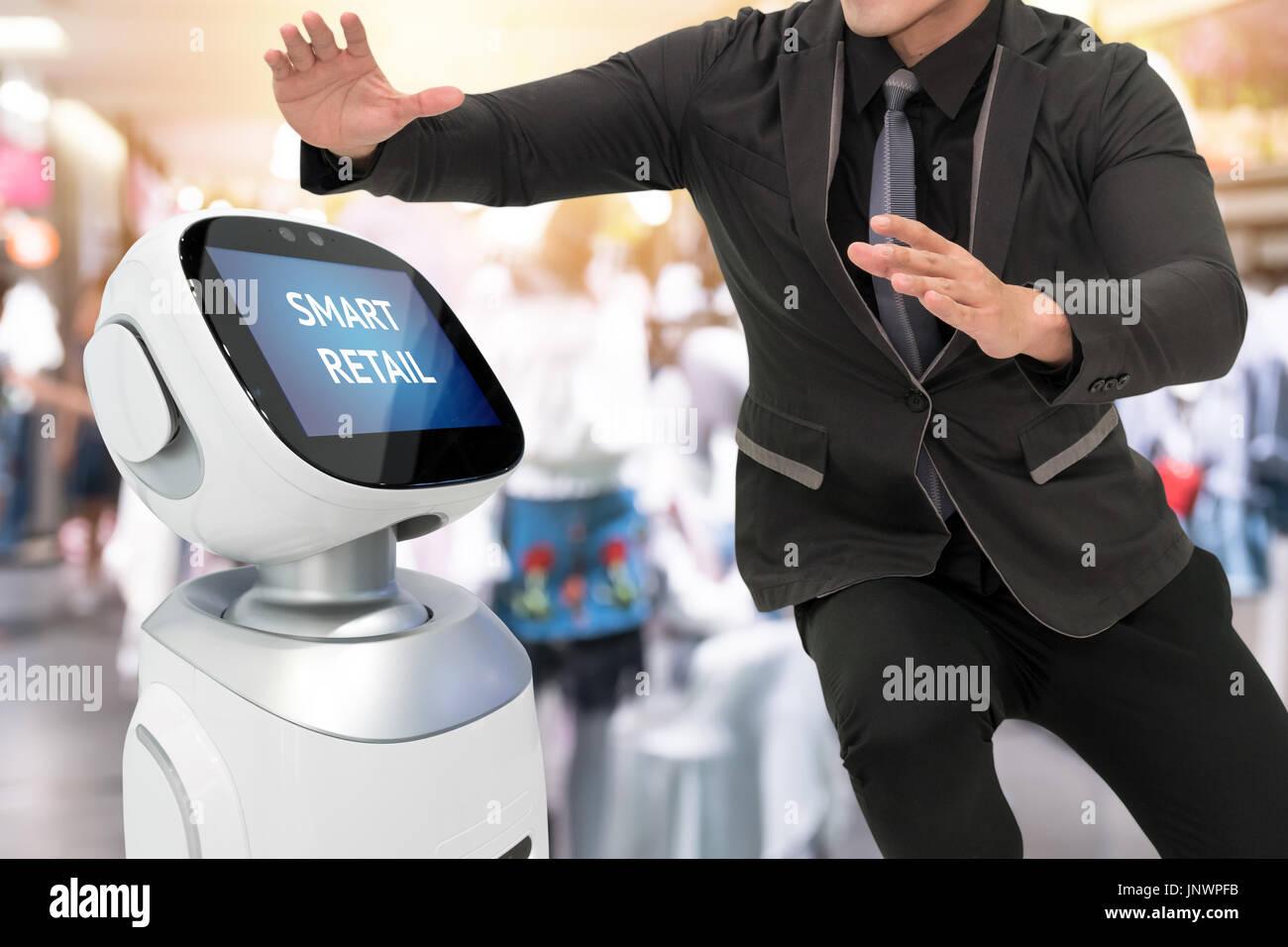 Las ventas minoristas y el smart crm robot ayudante o asesor del concepto de tecnología. Traje de hombre con robo Foto de stock