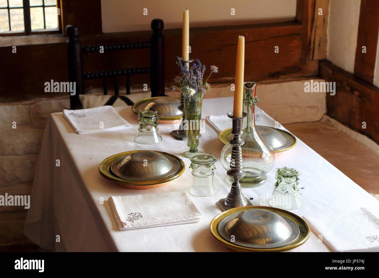 Bonita Mesa De Comedor Tudor En Una Clase Media Casa Medieval Con - Decorar-velas-con-servilletas