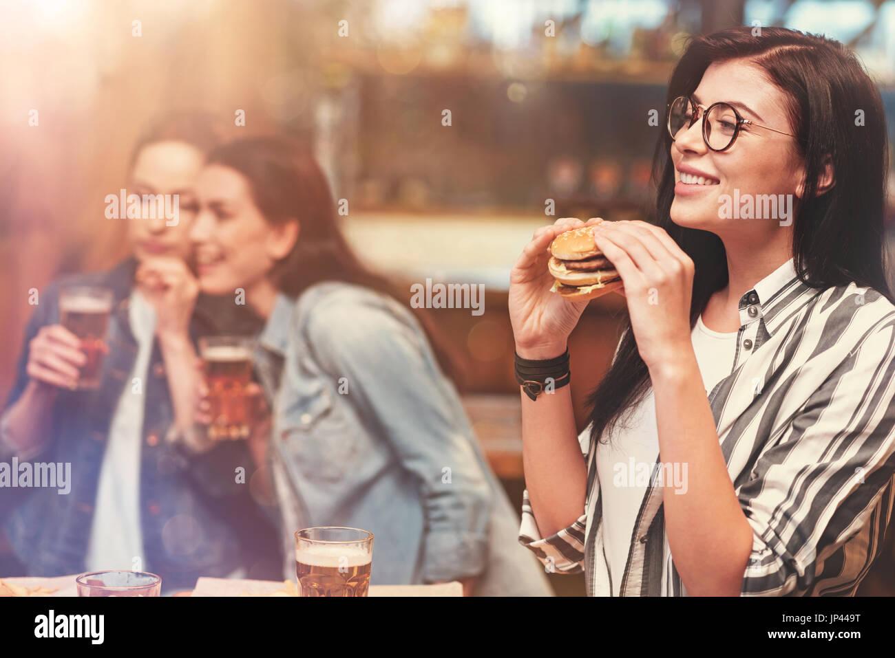 Atractiva mujer morena expresando positividad Imagen De Stock