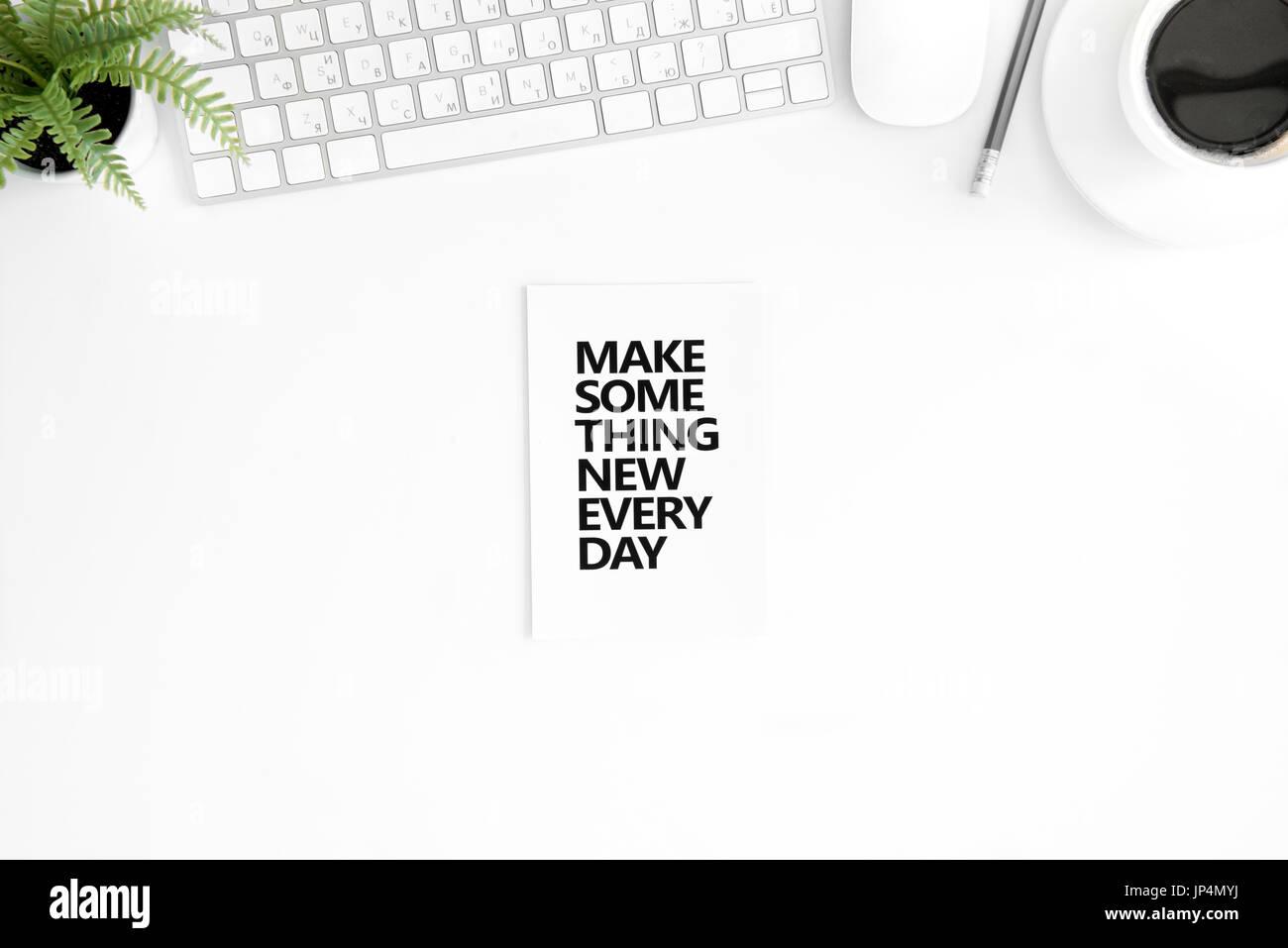 Sentar planas con hacer algo nuevo cada día citas atractivas en diario, de teclado y de ratón de ordenador aislado en blanco Imagen De Stock