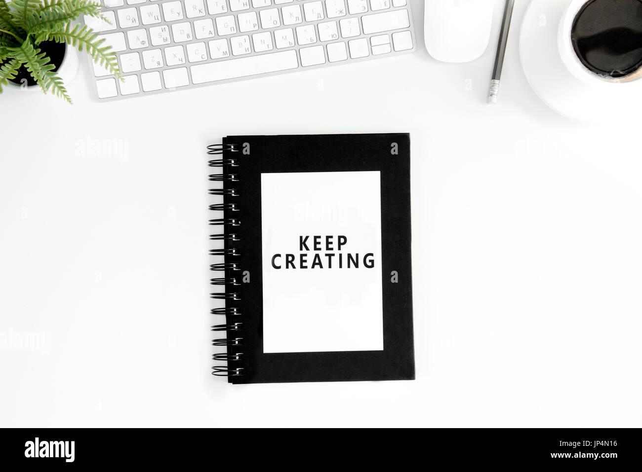 Plana con laicos mantener crearing motivacional sobre presupuesto diario, de teclado y de ratón de ordenador aislado en blanco Imagen De Stock