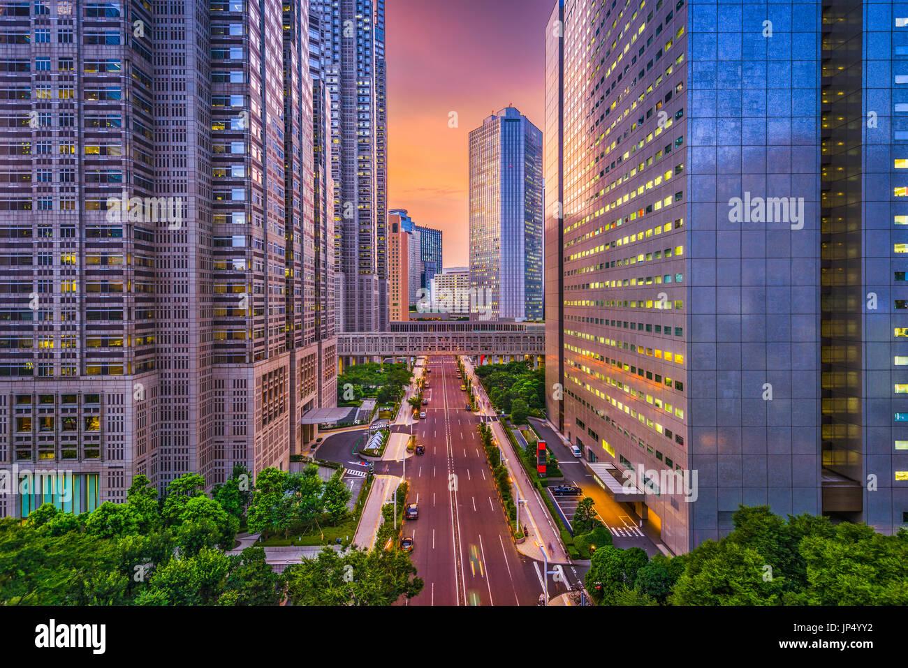 Shinjuku, Tokio, Japón, el distrito financiero y los edificios del paisaje urbano. Foto de stock
