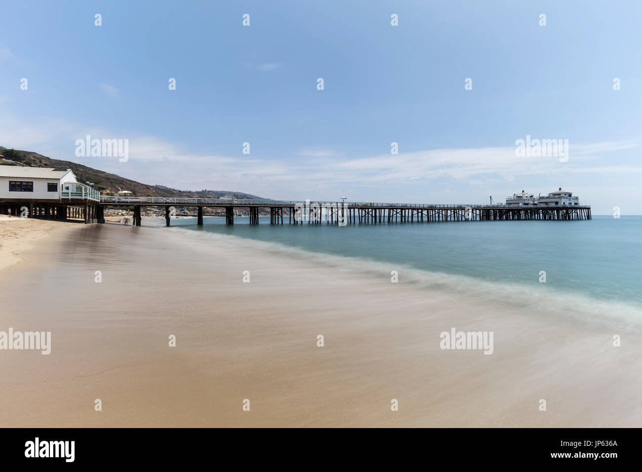 Malibu Pier playa con desenfoque de movimiento del agua del océano Pacífico, cerca de Los Angeles, en el sur de California. Imagen De Stock