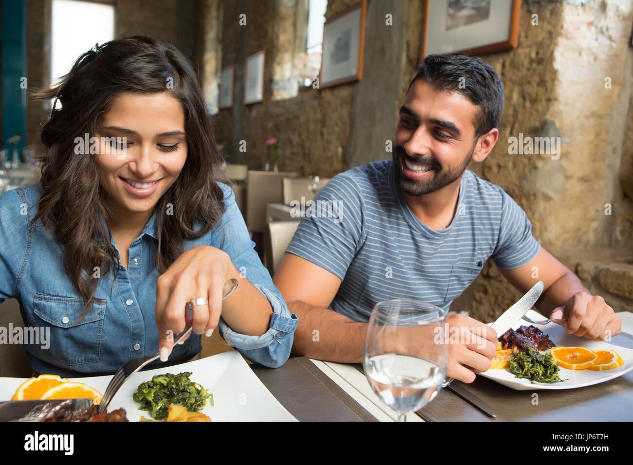 Par de almorzar en el restaurante gourmet de estilo rústico Imagen De Stock