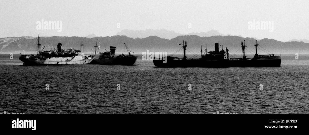 AJAXNETPHOTO. 5º de mayo, 1965. Golfo de Suez. - Barco peregrino colisión - tuvo lugar en el Golfo de Suez 12 millas al sur de RAS GARIB ENTRE FREMANTLE STAR (8403 toneladas de registro bruto), que fue a la hora de remolcar el mercante indio (7659 toneladas de registro bruto) y el Egipcio peregrino buque MECCA (8252 toneladas de registro bruto). Foto:Jonathan EASTLAND/AJAX Ref:6555_10 Foto de stock