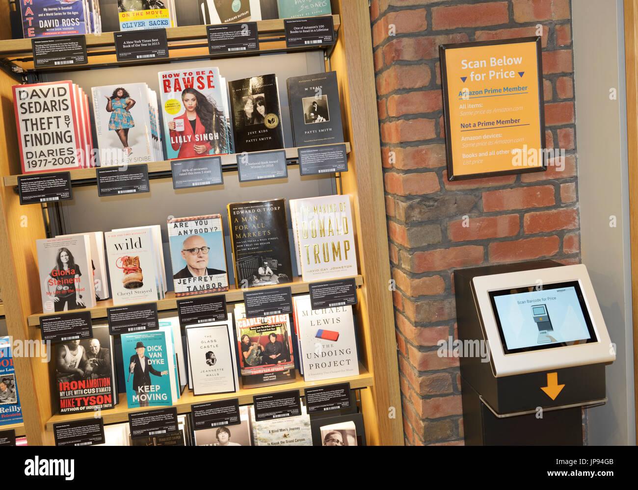 Filas de libros en una tienda de libros de Amazon con una pantalla para buscar una verificación de precios Imagen De Stock