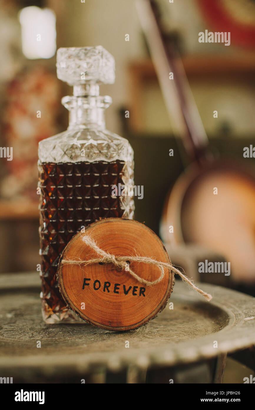 """Stilllife, boda, mesa con whisky y firmar """"para siempre"""", símbolo, nerviosismo, tensión, Imagen De Stock"""