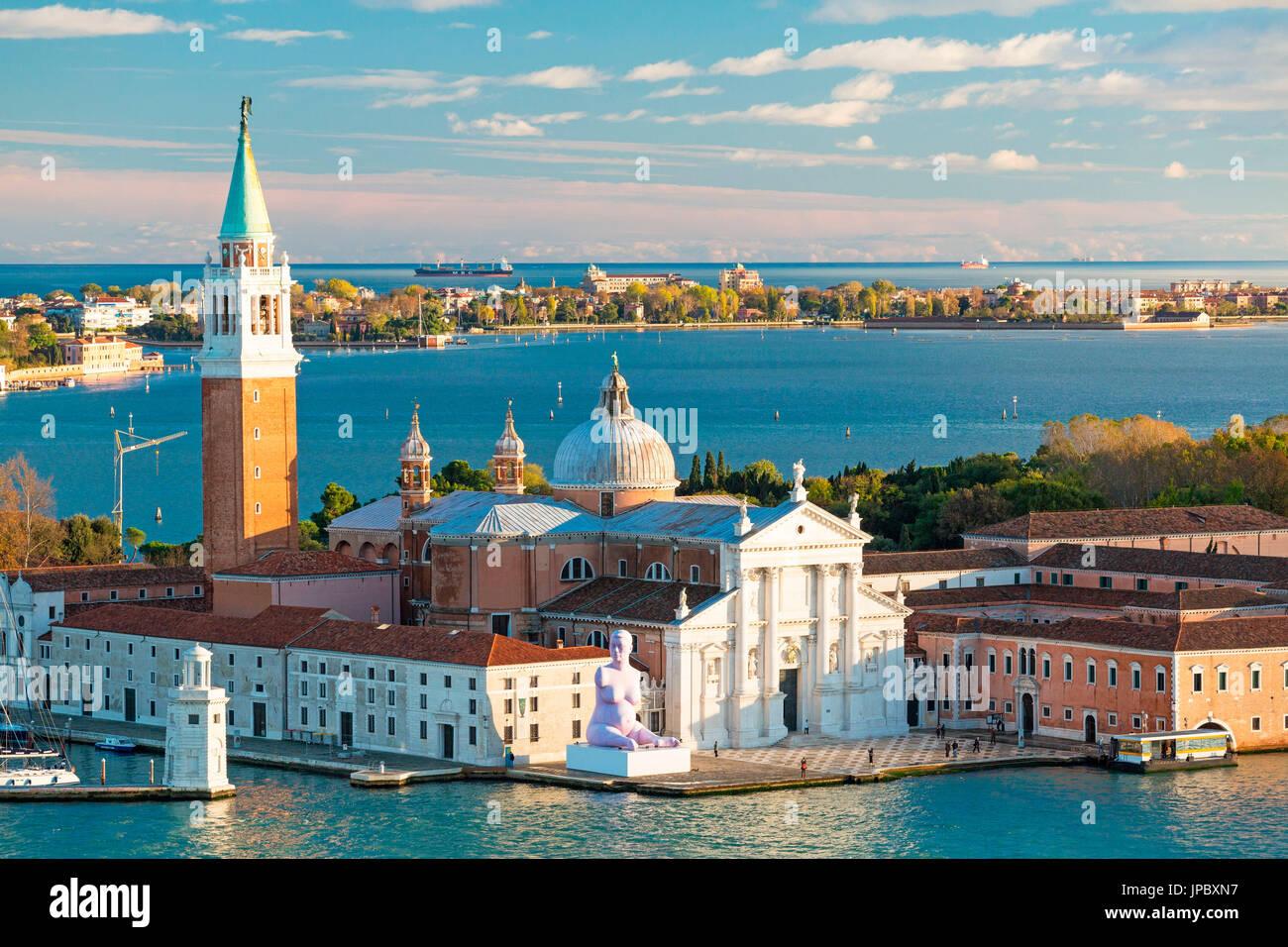 Vista de la antigua iglesia de San Giorgio Maggiore, con Lido di Venezia en el fondo Veneto Italia Europa Foto de stock