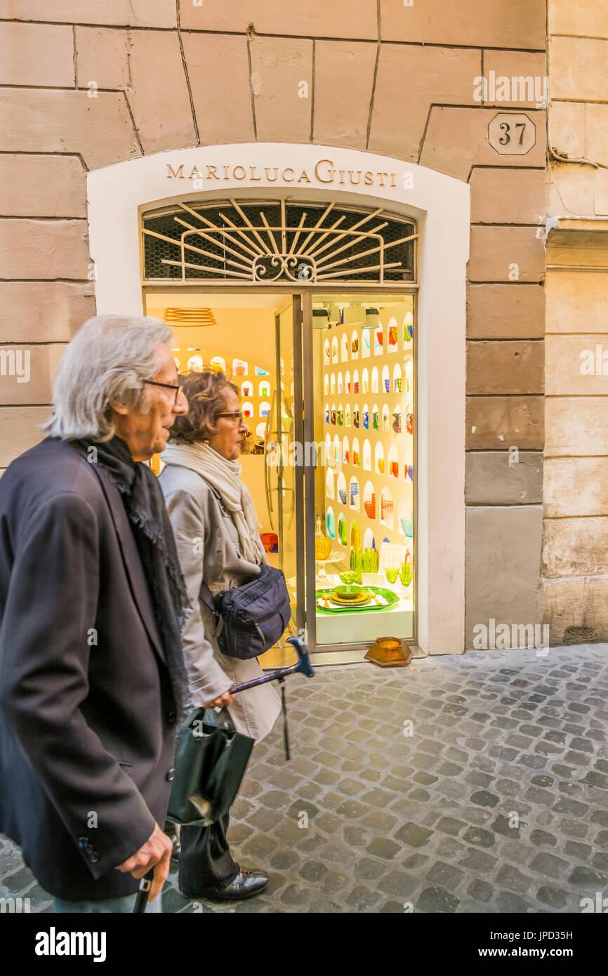 Escena en la calle en frente de mario luca giusti tienda de cristal sintético, Via Vittoria 37, Rome, Lazio, Italia Imagen De Stock
