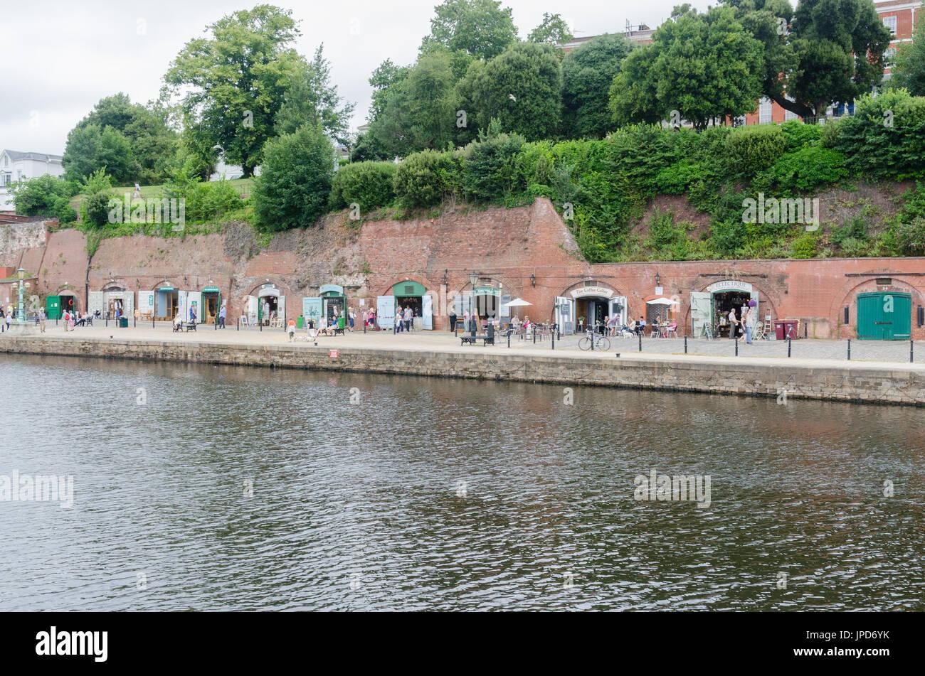 Tiendas y restaurantes en el muelle en la ribera del río Exe en Exeter, Devon Foto de stock