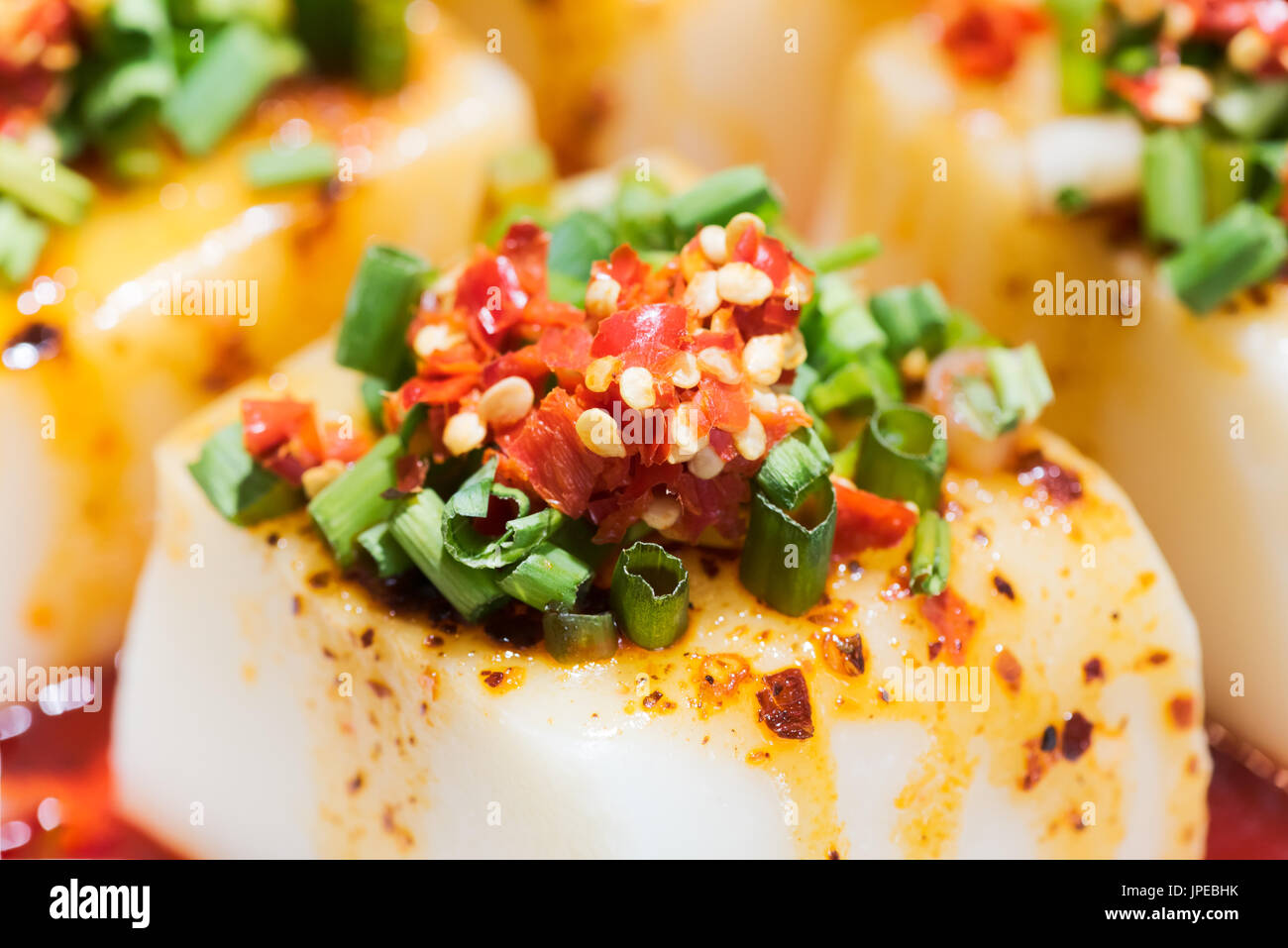 Tofu chino con chili pepper sauce - comida china. Imagen De Stock