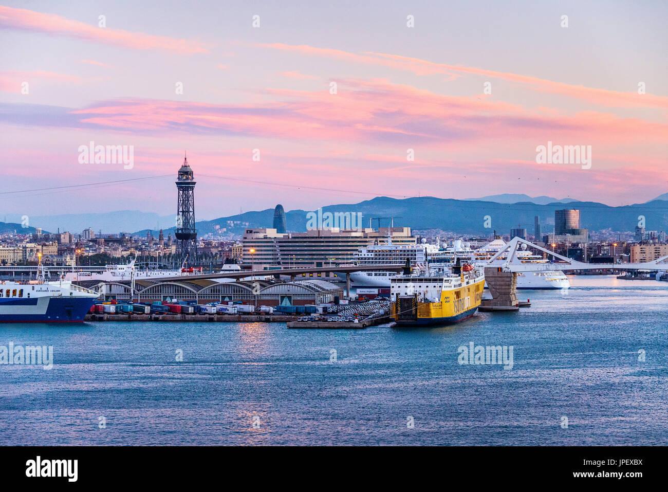 Puerto y del centro de la ciudad de Barcelona, España. Imagen De Stock