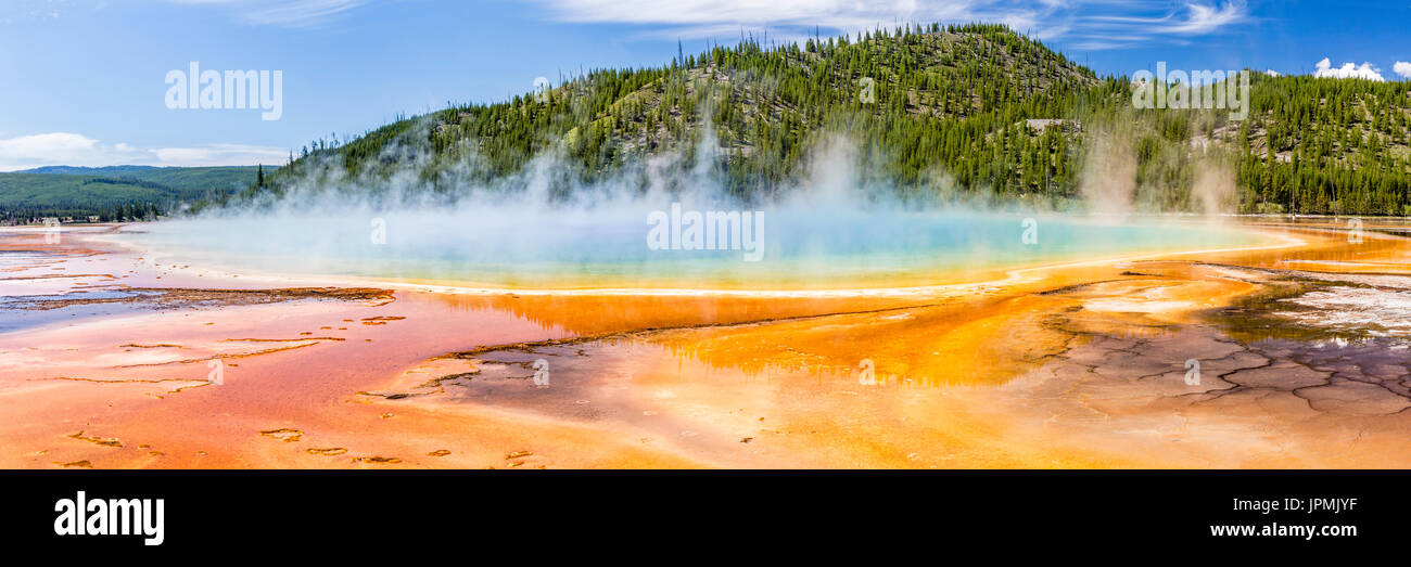 Los vívidos colores del arco iris de la Grand Prismatic Spring, en el Parque Nacional Yellowstone, Wyoming. Panorámicas Foto de stock