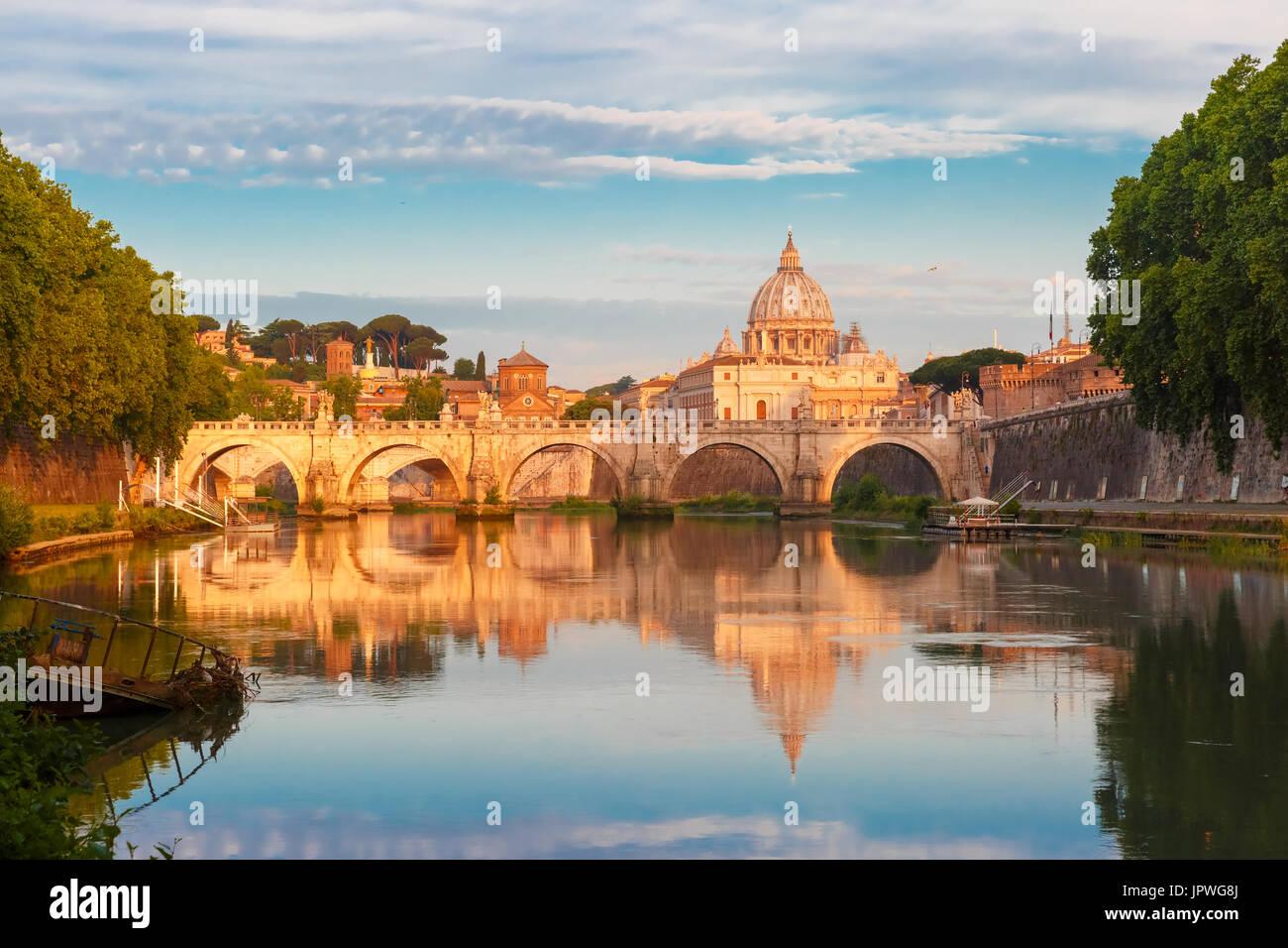 Catedral de San Pedro en la mañana, Roma, Italia. Imagen De Stock