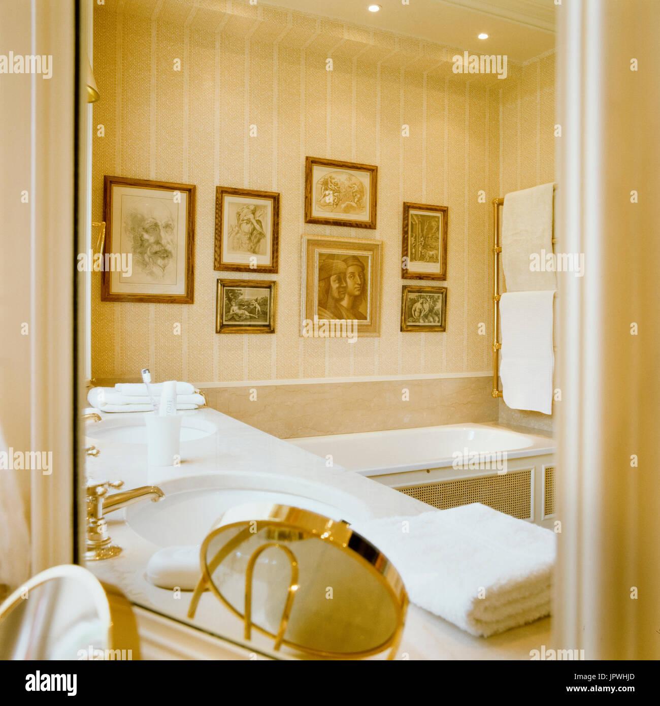 Cuarto de baño de estilo clásico Foto & Imagen De Stock: 151768021 ...
