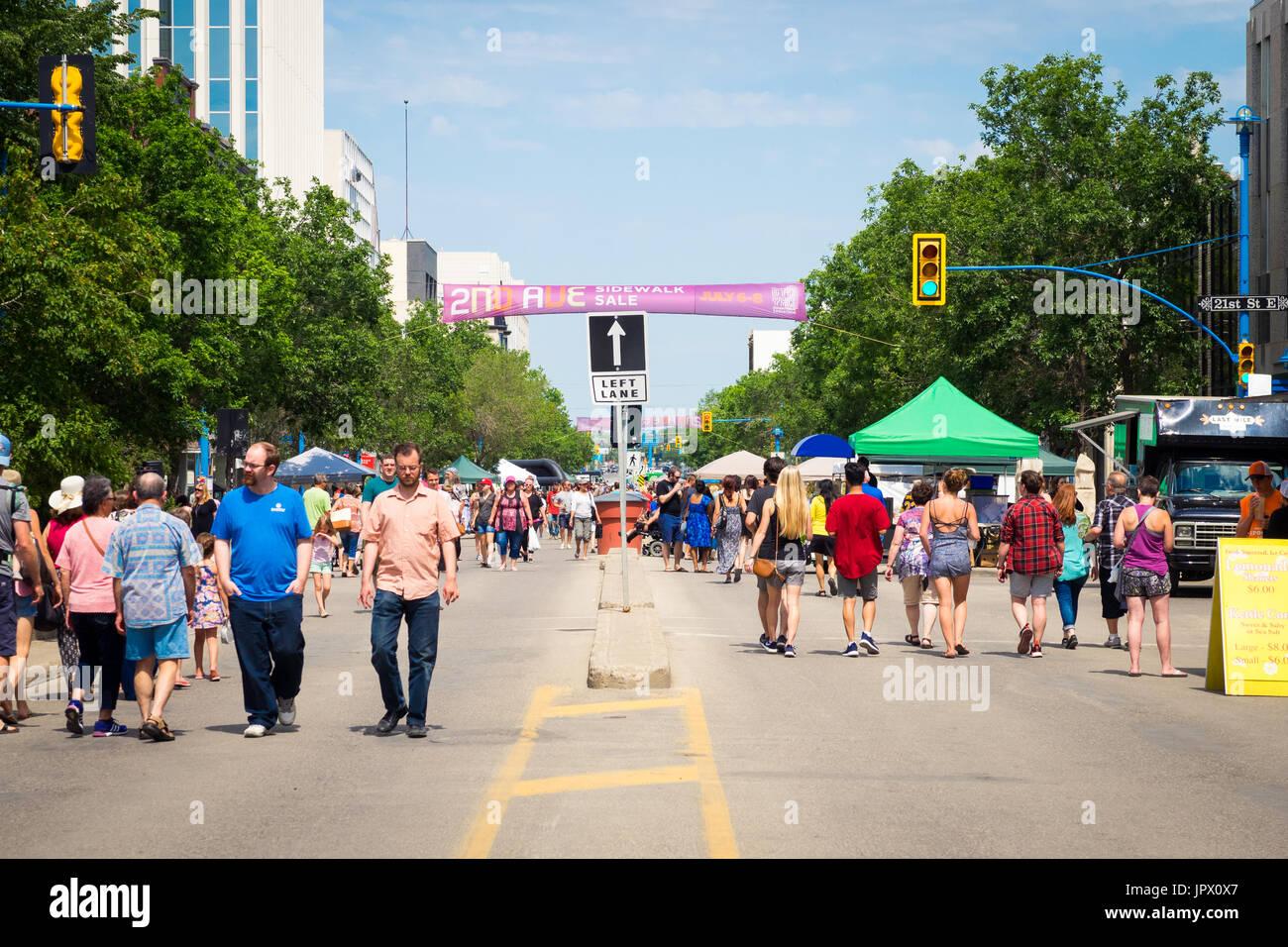 La 2nd Avenue acera Venta en Saskatoon, Saskatchewan, Canadá. Una tradición de Saskatoon, la vereda venta marcó su 41º aniversario en 2017. Foto de stock