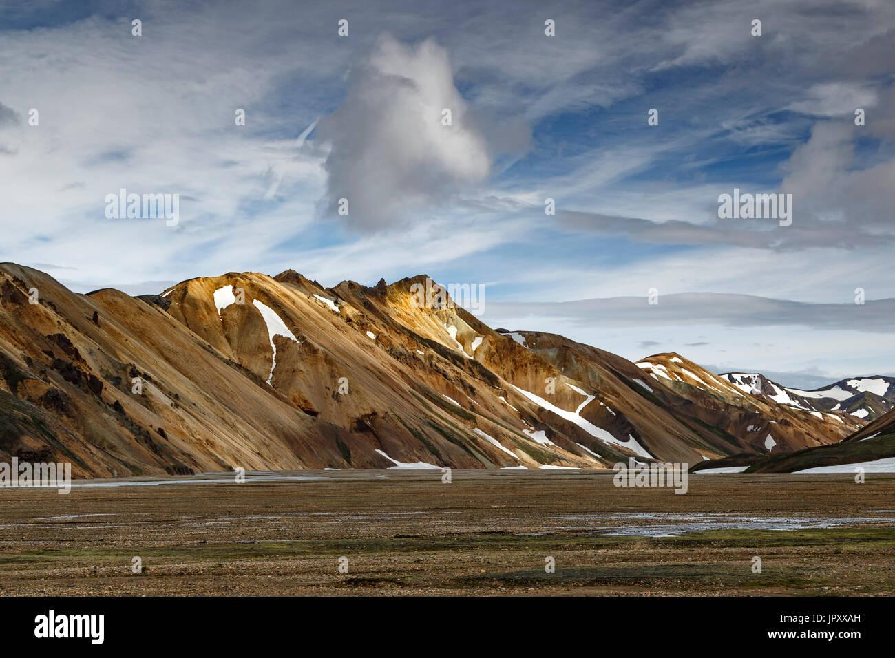 La riolita montañas cerca de camping, Landmannalaugar, la Reserva Natural de Fjallabak, Islandia Foto de stock