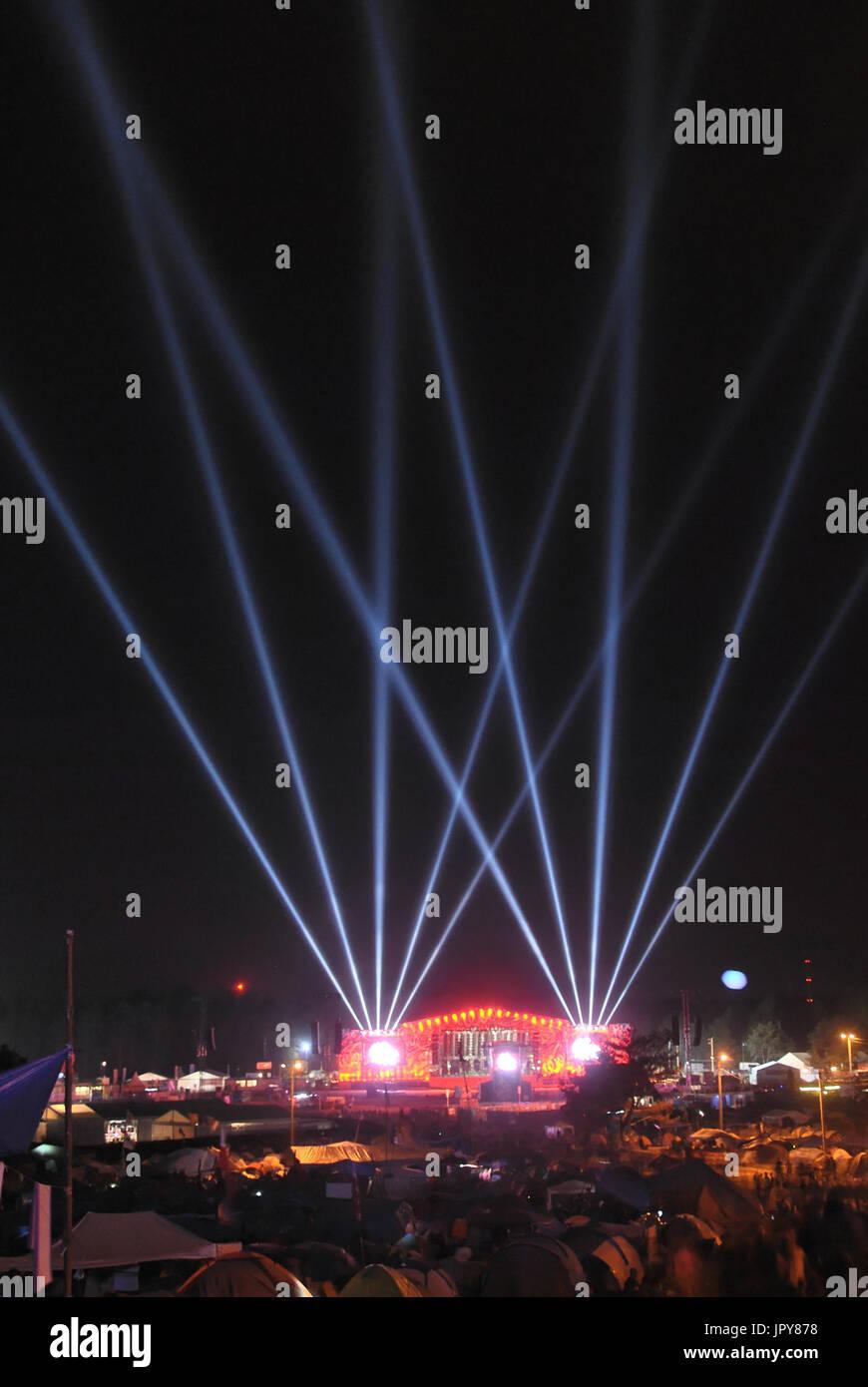 Kostrzyn nad Odra, Polonia. 02Nd Agosto, 2017. El escenario principal del 23º Festival de Woodstock en Polonia (galardonado con el premio de la industria internacional de la música) la noche antes del comienzo oficial. Crédito: Tomasz Wozny/Alamy Live News Imagen De Stock