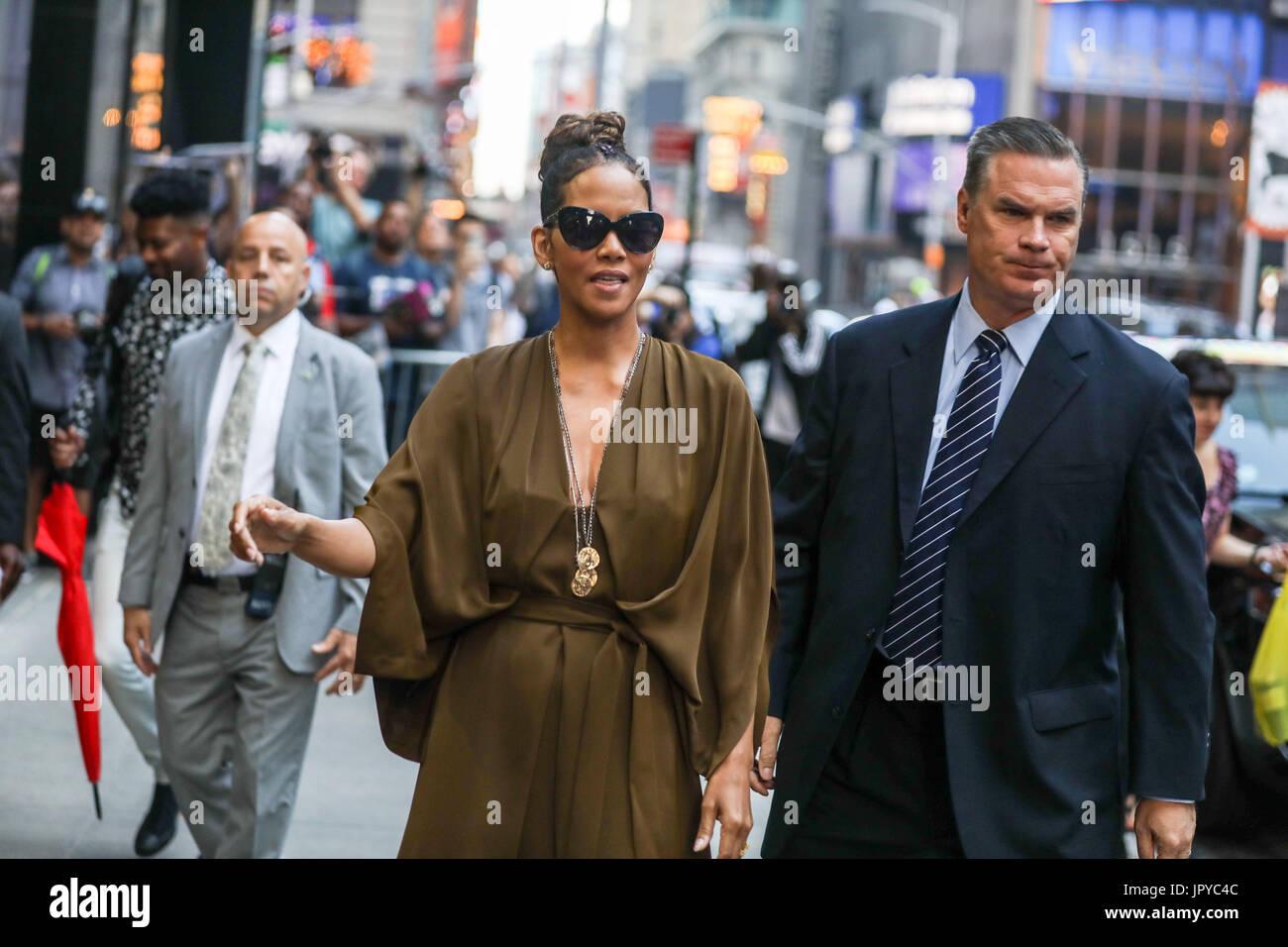 Nueva York, Estados Unidos. 3 ago, 2017. Actriz norteamericana Halle Berry es visto llegar en un programa de televisión Foto de stock