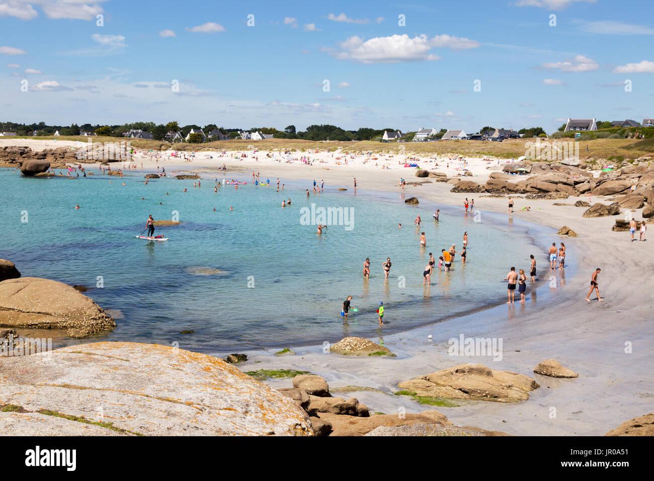 Francia - la gente en la playa tomando el sol y nadando en la playa en verano, sol, Trevignon, Finisterre, Bretaña Francia Europa Foto de stock