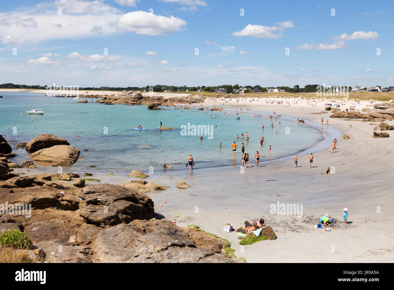 Brittany beach - gente tomando el sol y nadando en la playa en verano, sol, Trevignon, Finisterre, Bretaña Francia Europa Foto de stock