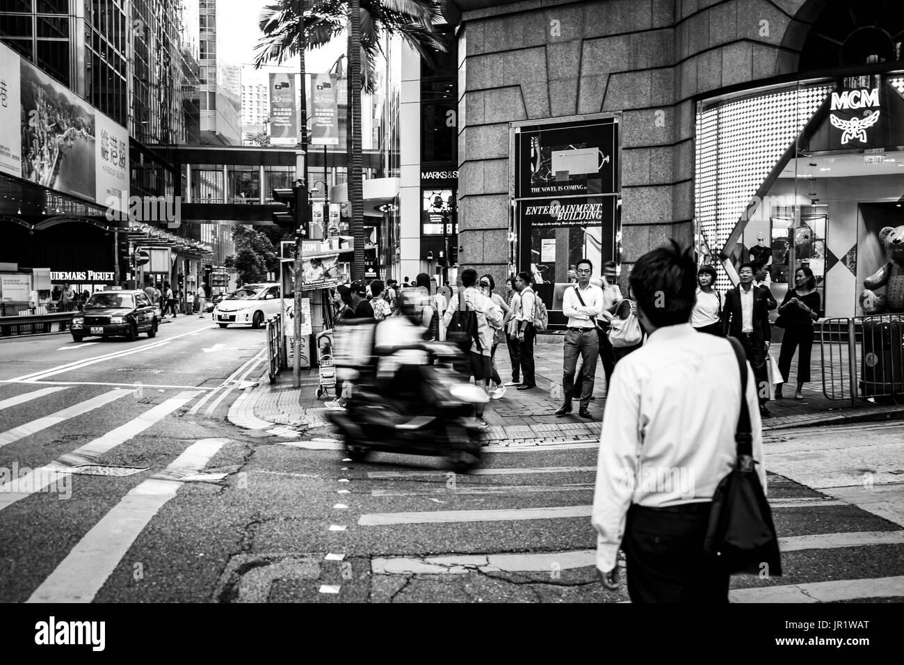 La gente caminando en Queen's Road, Central después del trabajo Foto de stock