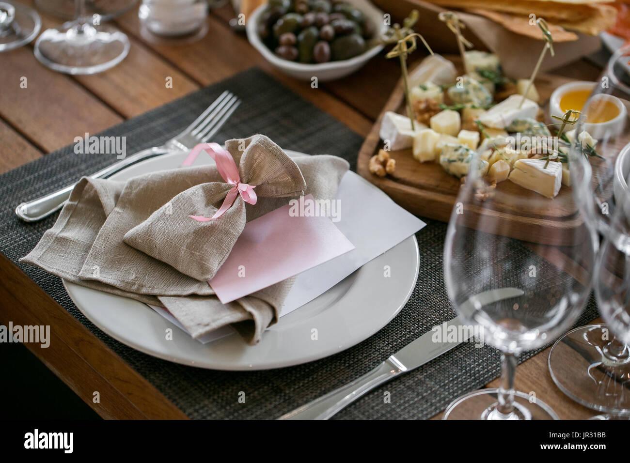 Lino textil. Decoradas mesa, un plato de acomodado servilleta, tenedor y cuchillo. Imagen De Stock