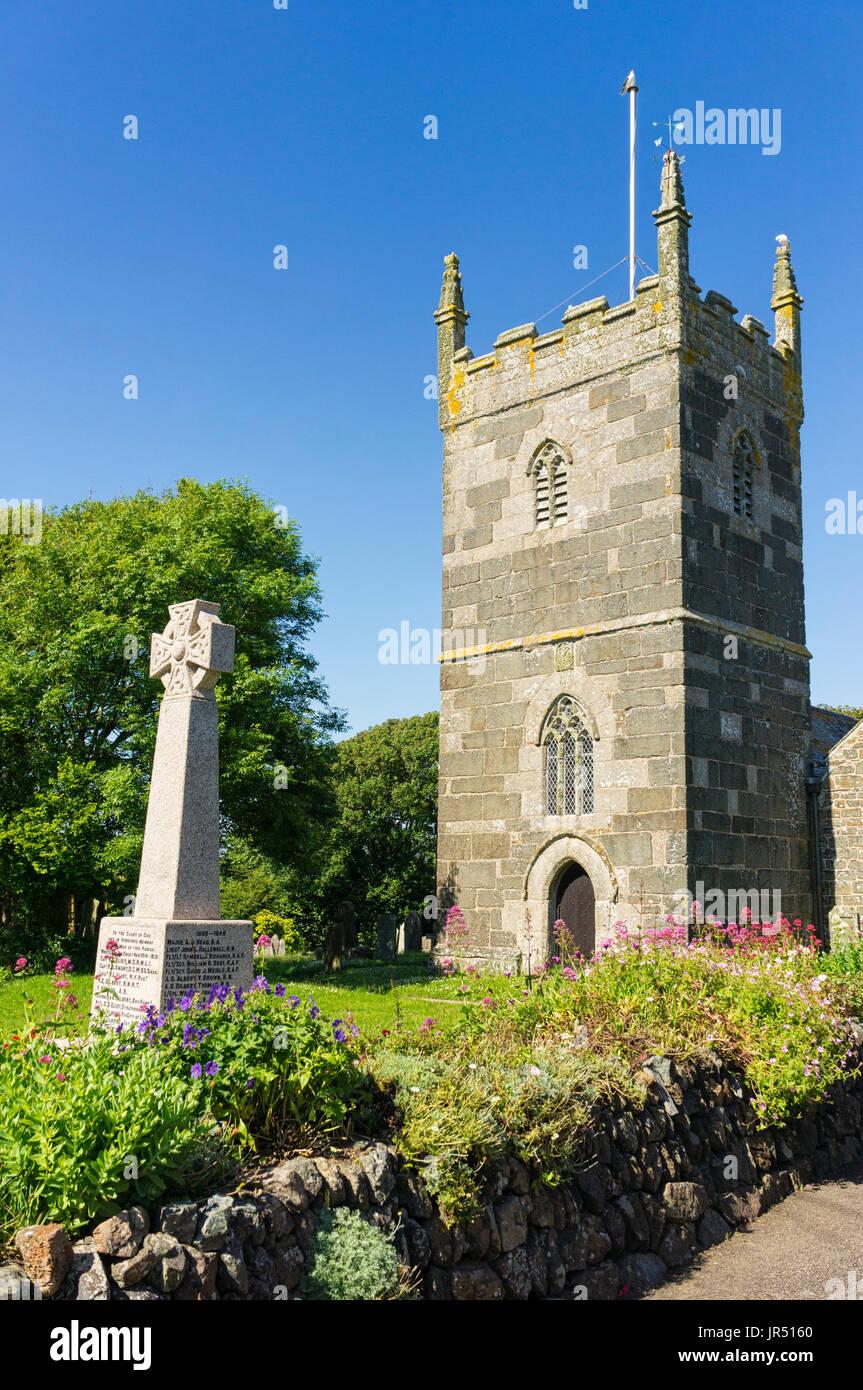St Mellanus iglesia, Mainel, Cornualles, en el REINO UNIDO - una iglesia inglesa listado como grado 1 con arquitectura normanda, iglesia del pueblo románico construido en el siglo 13 Imagen De Stock