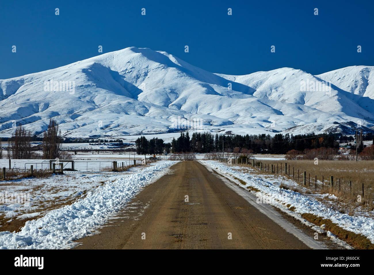 Camino a Danseys Pass y montañas Kakanui, cerca de Ranfurly, Maniototo, Central Otago, Isla del Sur, Nueva Zelanda Foto de stock