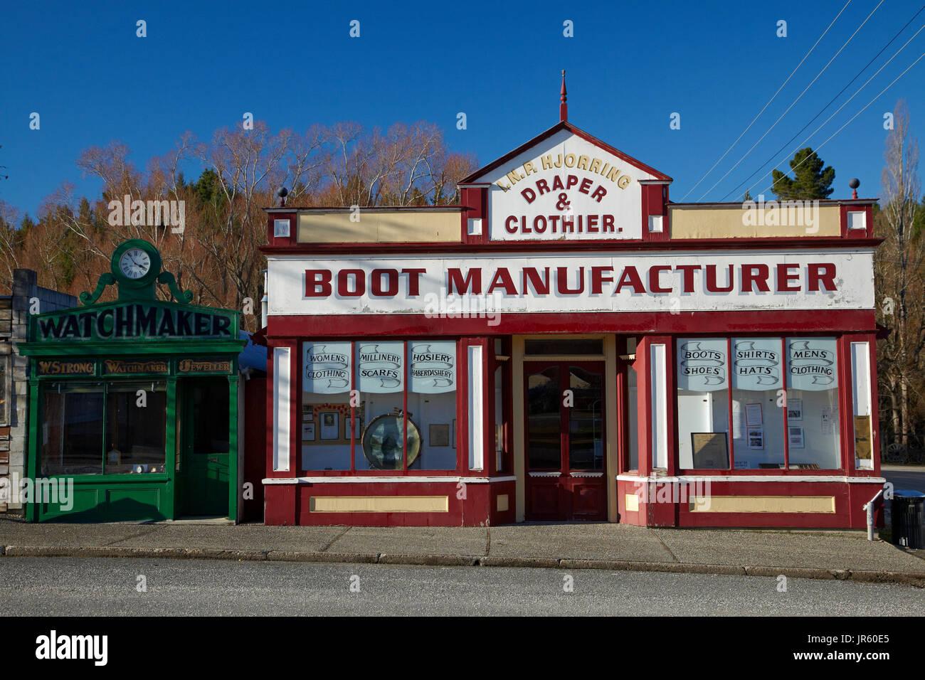 La fuerte relojero Shop (construida a finales de 1860) y la histórica I.N.P. Hjorring, Draper & Clothier, fabricante de Inicio Tienda (hoy Museo), Naseby Naseby, mañío Imagen De Stock
