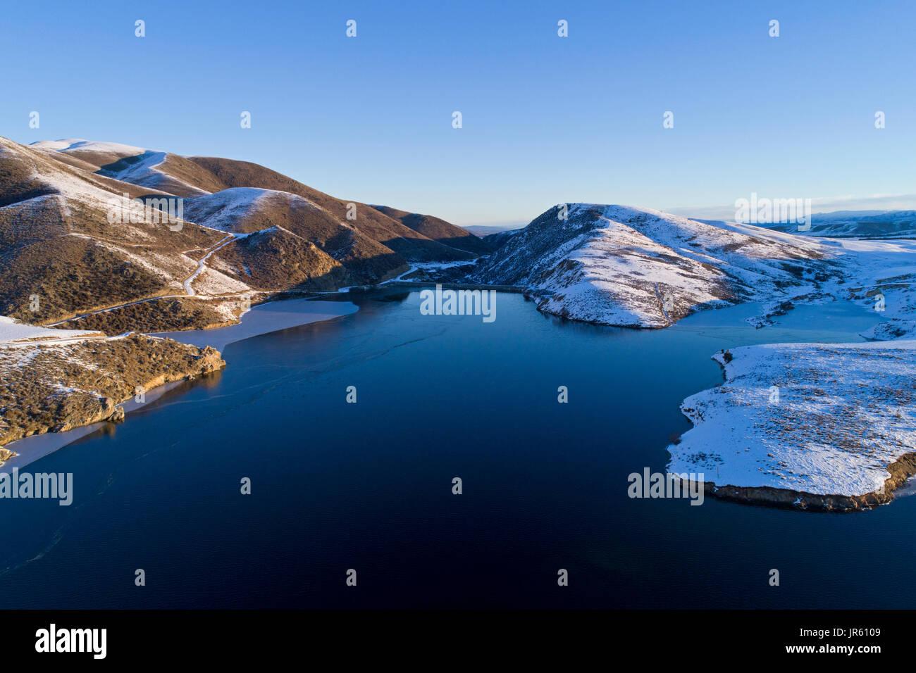 Falls Dam, Maniototo, Central Otago, Isla del Sur, Nueva Zelanda - antena drone Foto de stock