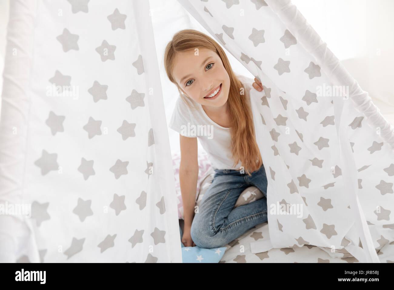 Hermosa niña jugando en su habitación Imagen De Stock